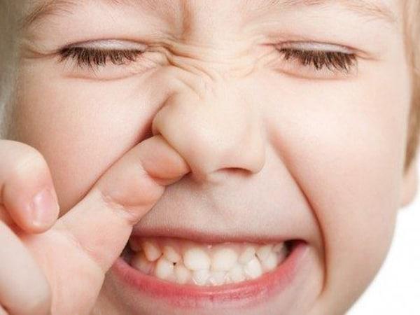 Thói quen ngoáy mũi là một trong những nguyên nhân gây ra hiện tượng chảy máu cam