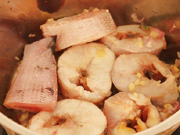 cá chặt khúc ướp với tỏi