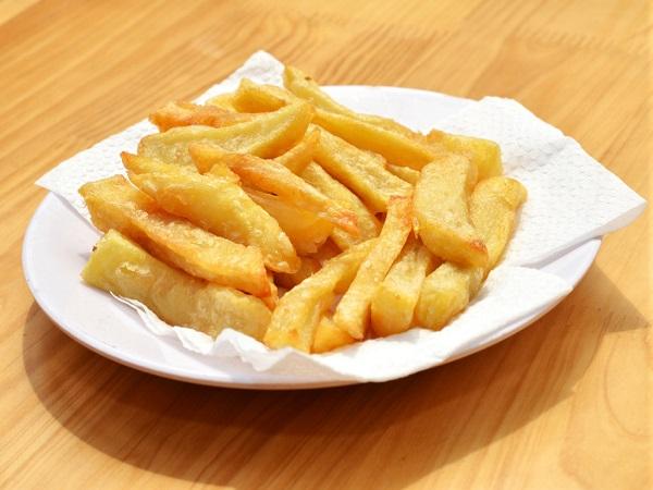 khoai tây chiên cho ra đĩa lót giấy để thấm hút dầu