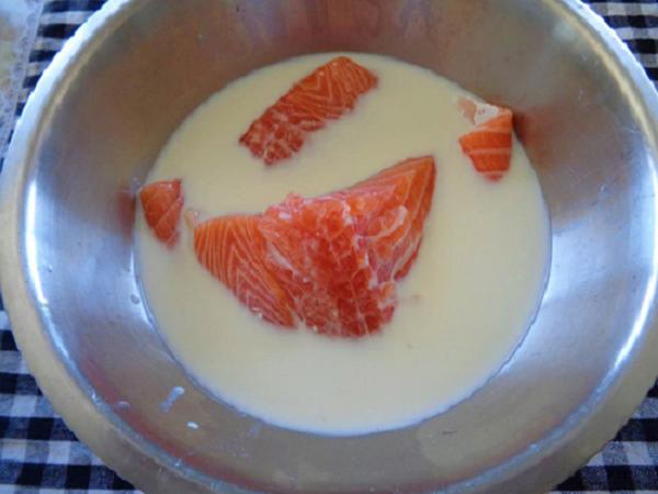ngâm cá với sữa