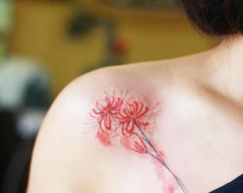 Hình xăm hoa bỉ ngạn ở vai