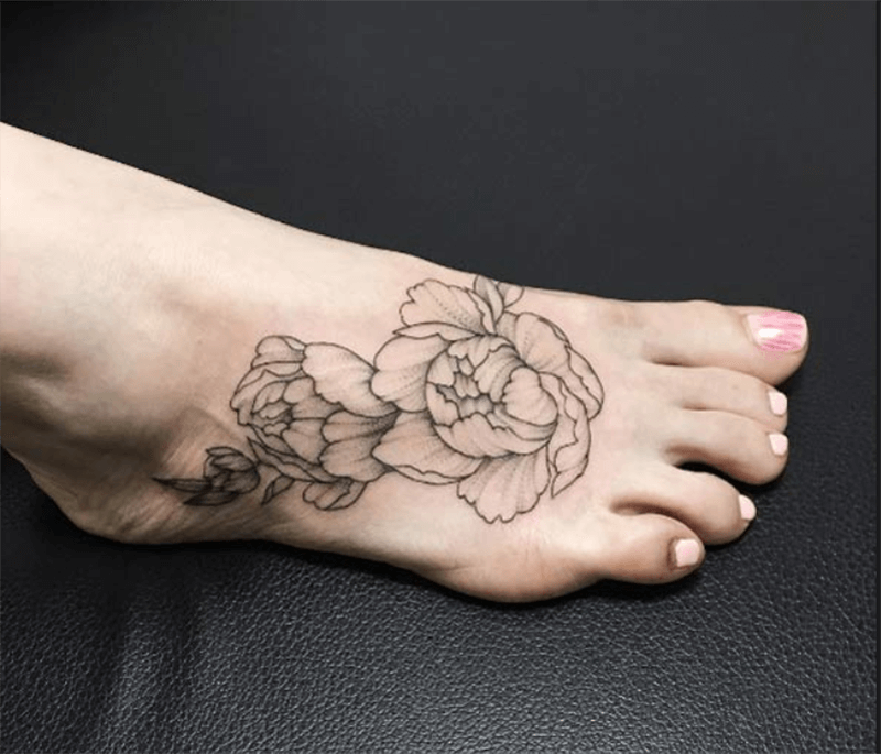 Hình xăm hoa mẫu đơn trên bàn chân
