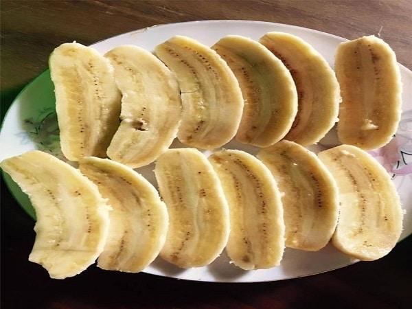 cắt đôi trái chuối
