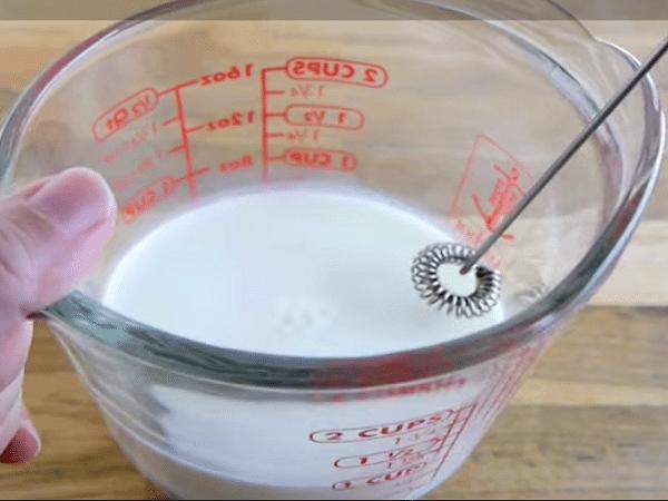 cho hỗn hợp làm bọt milk foam vào máy sinh tố