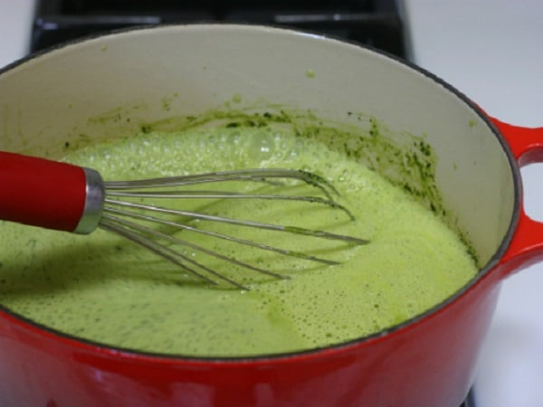 hòa tan bột trà xanh vào hỗn hợp kem