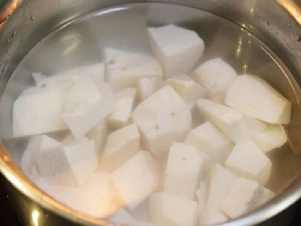 cho khoai môn và gạo nếp vào nồi nấu chè