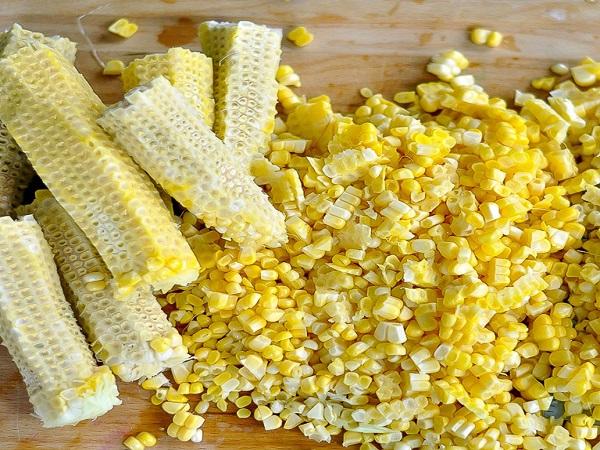 tách hạt bắp ngô để nấu chè