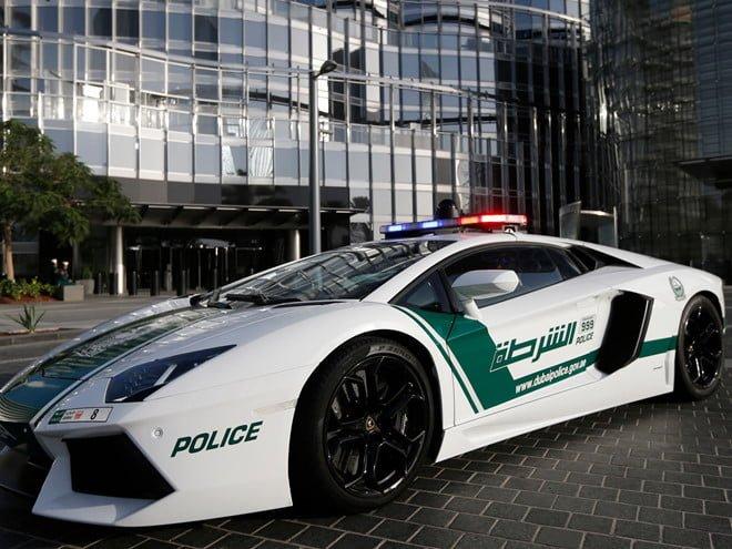 Cảnh sát Dubai lái siêu xe hạng sang