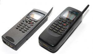 Nokia 9000 Communicator (phải) và model 9110 được cập nhật (trái)