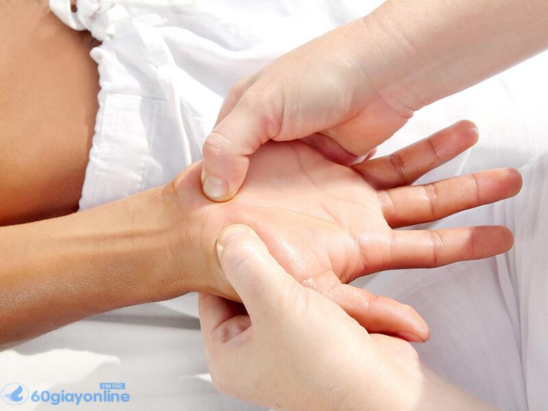 Bấm huyệt giúp giảm triệu chứng đau nhanh chóng