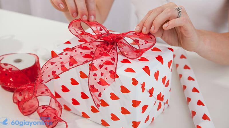 Cách tặng cũng quan trọng không kém
