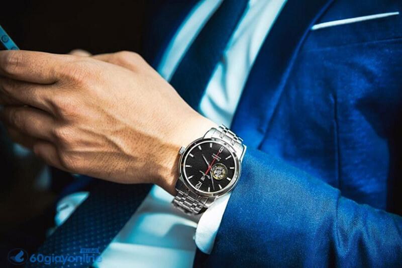 Chiếc đồng hồ cao cấp sẽ giúp cho bố của bạn tăng thêm phần sang trọng, lịch lãm.