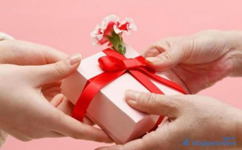 Và thường, những người kỹ tính sẽ rất quan trọng vấn đề quà tặng có hợp với tuổi tác hay không?