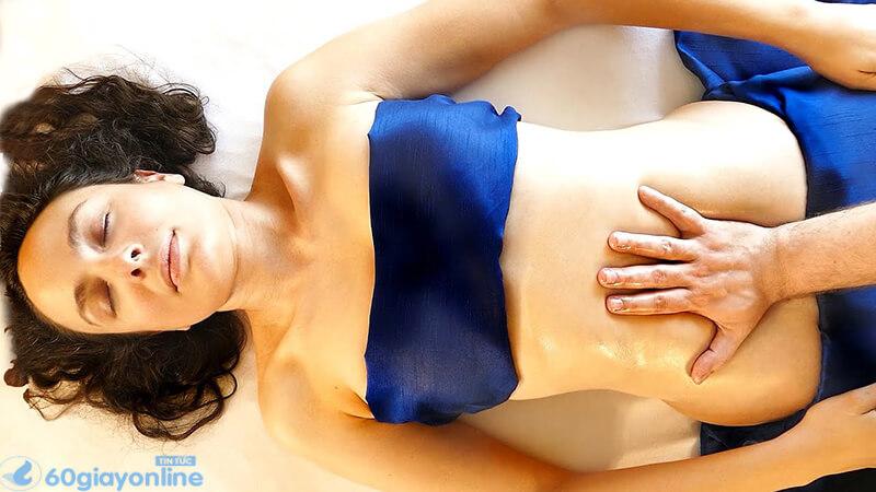 Sử dụng tinh dầu để massage sẽ giúp giảm hẳn cơn đau bụng kinh.