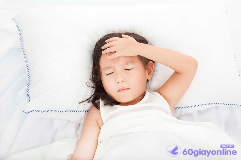 Phụ huynh nên thường xuyên theo dõi trẻ có triệu chứng nhức đầu