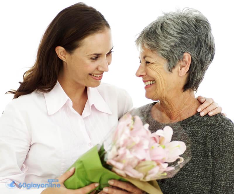 Hãy dành thời gian thăm dò, cũng như tìm hiểu sở thích và tính cách của mẹ chồng.